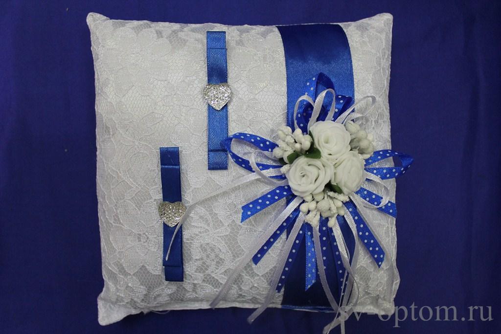 Синяя подушка для колец
